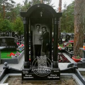 Гранитный памятник с колоннами установлен на Быковнянском кладбище в г.Киев №113