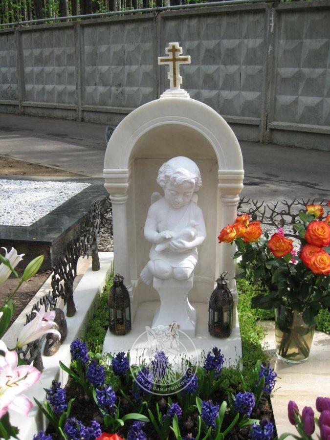 Детский памятник с часовней ангелом
