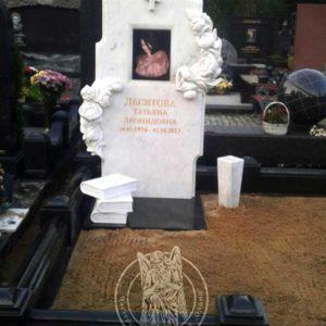 Мраморный памятник с розами и книгами №183