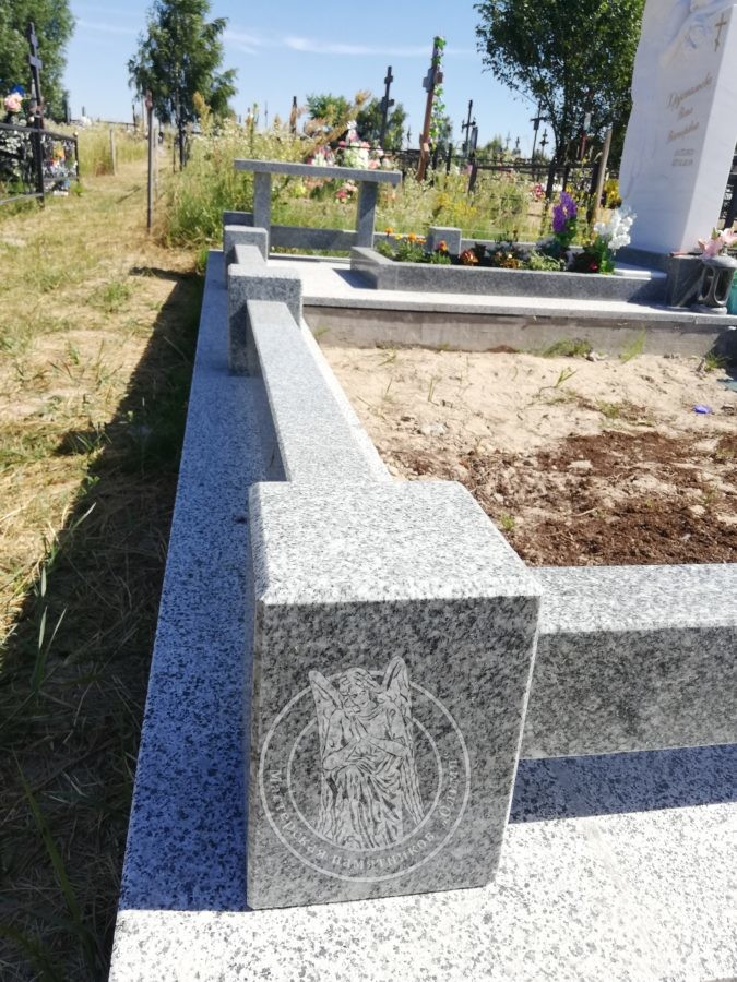 оградка с кубиками на могиле из гранита Янцево
