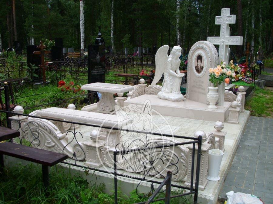 мраморный памятник с крестом