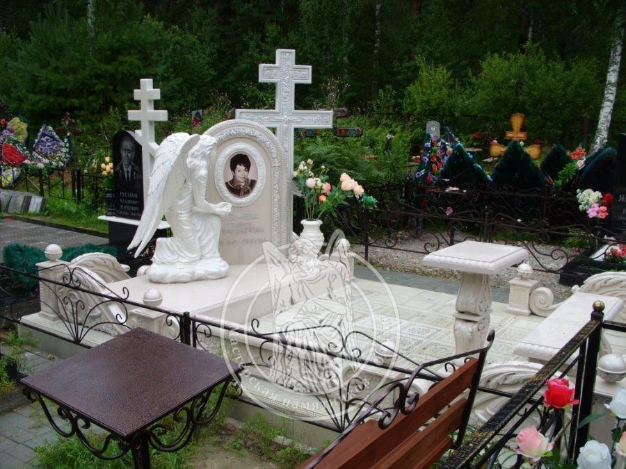 Памятник с крестом и ангелом из мрамора