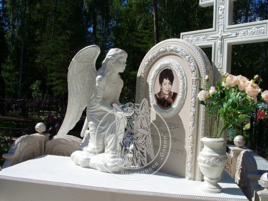 Памятник с крестом и ангелом