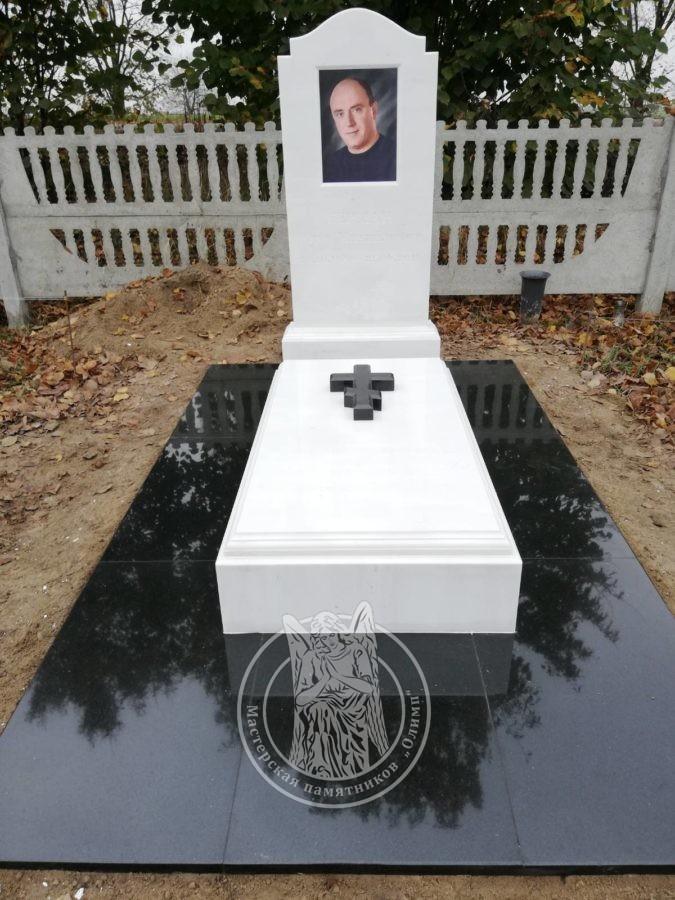 одинарное надгробие из мрамора с православным крестом