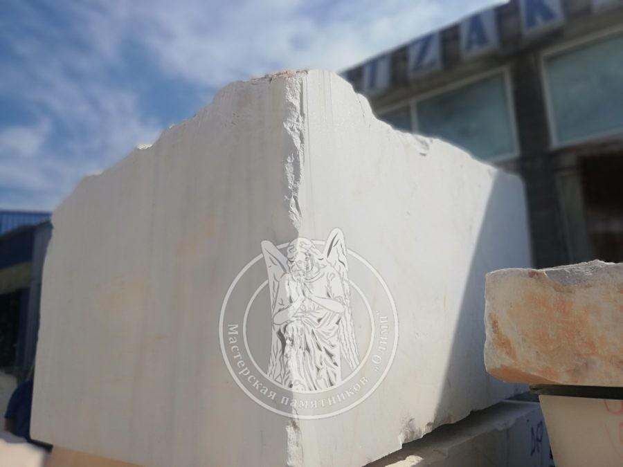 Белый мраморный блок
