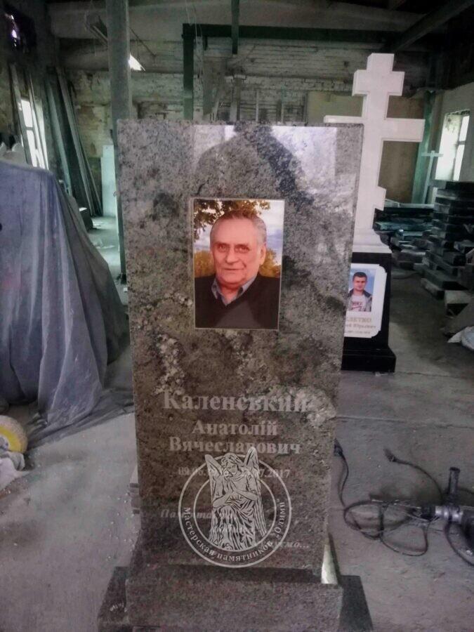 памятник с красивым гранитом Украинского месторождения