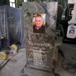 Памятник из янцевского гранита для одного человека №129