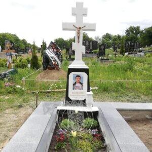 Памятник православный мраморный крест установлен в  с.Олешин Хмельницком районе №126