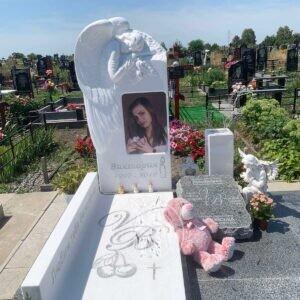 Ангел из белого мрамора  «Скорбящий» на Бориспольском кладбище №130