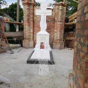 Мраморный крест с распятием