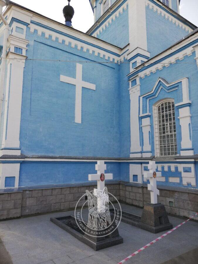 Мраморные кресты в Церковь