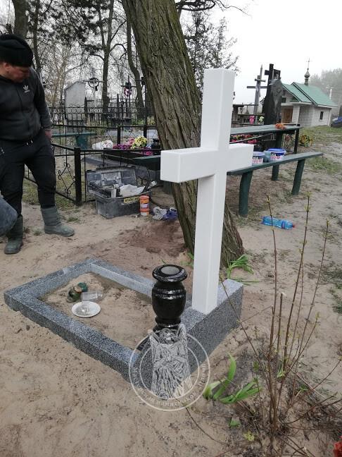 надгробие с крестом
