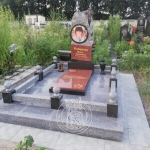 Памятник с тюльпанами и круглым фото из гранита женщине, установлен в г. Бровары на новом кладбище № 137
