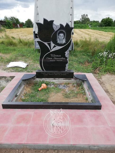 Памятник двойной с тюльпанами