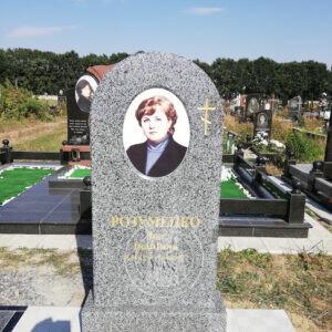 Одинарный памятник из серого гранита, установлен на могилу в г.Бровары на новом кладбище №140