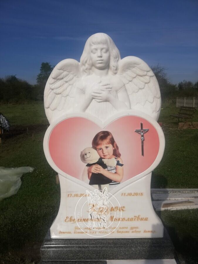 Мраморный ангел с сердцем и фотокерамикой