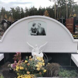 Двойное мраморное надгробие с голубями №200