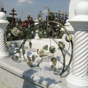 Цоколь из гранита и мрамора с резными столбиками №104