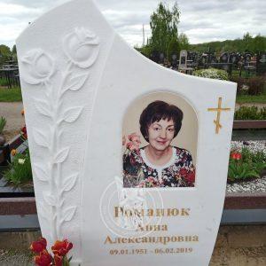 Мраморный памятник с розами №152 установлен на Броварском кладбище