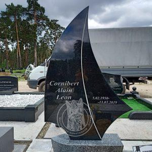 Памятник лодка с парусом №154 установлен на Лесном кладбище г.Кива