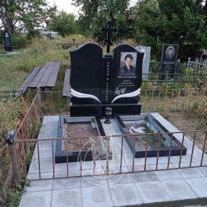 Двойной гранитный памятник с крестом и фотокерамикой №161 установлен в с.Глубокое ,Бориспольского района в Киевской обл.