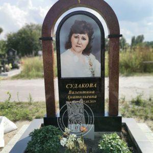 Памятник с колонами и фотокерамикой №163 установлен на Северном кладбище Киесвской обл.