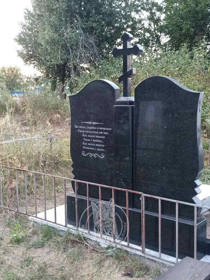 гранитные надгробия на кладбище