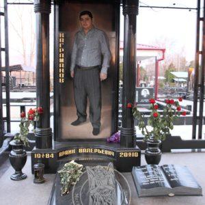 Памятник из гранита с колоннами №101 Цену:Уточняйте!