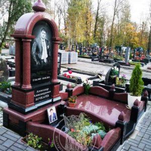 Гранитный памятник с колоннами №152