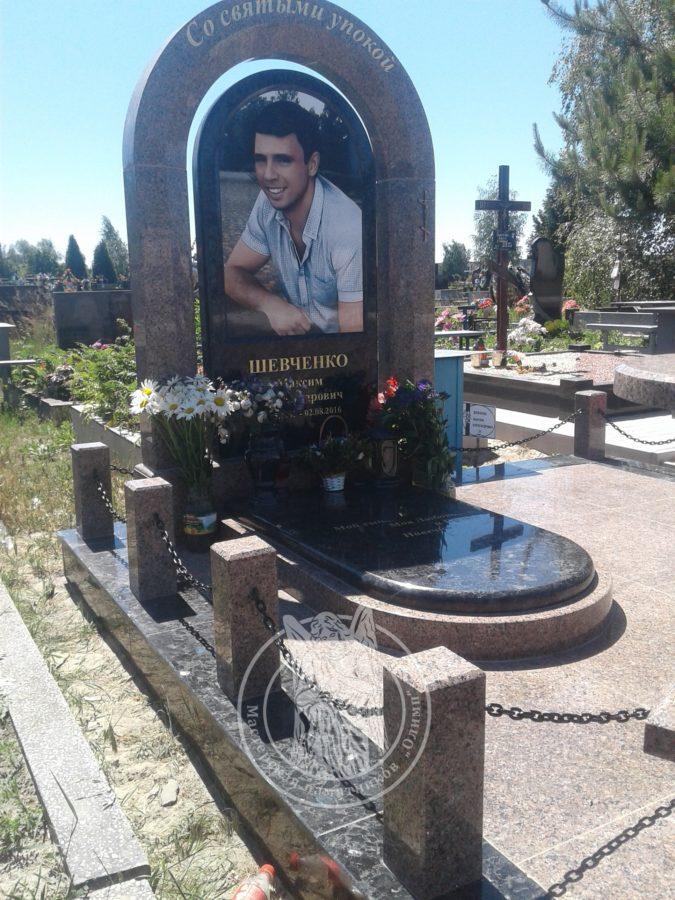 Гранитное надгробие с колонами