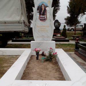 Мраморный памятник с пилонами установлен на могилу (в ПГТ Чабаны) № 75