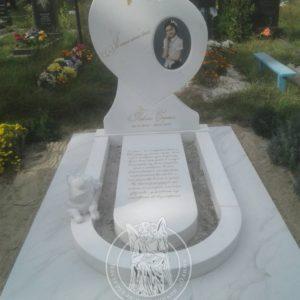 Памятник ребенку с щенком