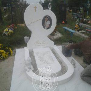 Мраморный памятник сердце