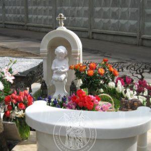 Памятник из мрамора  ангелочек с голубем  № 172