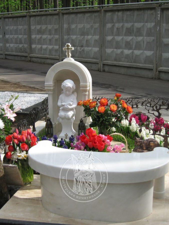 Скульптура из мрамора ангелочек с голубем