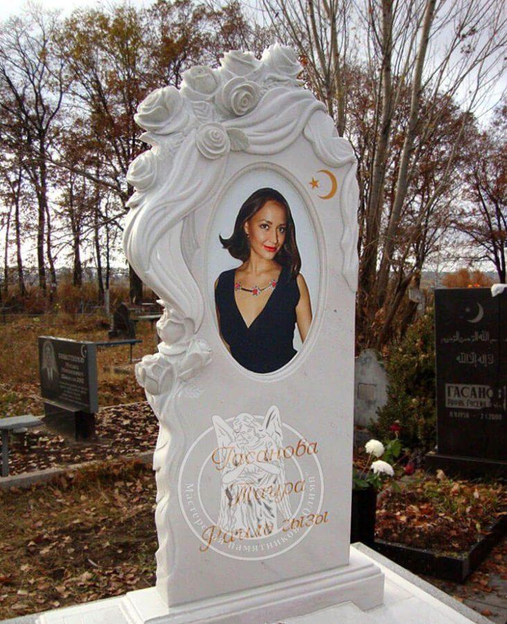 памятник из мрамора с розами и овальной фото керамикой женский