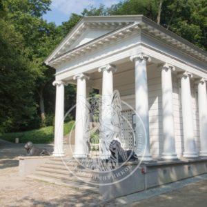 Белый семейный склеп с колоннами №26