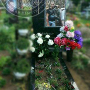 Гранитный памятник из гранита и цветным фото на кладбище с. Требухов № 82