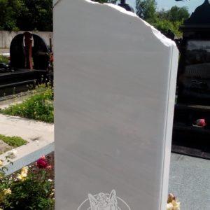 Мраморный памятник с рельефом