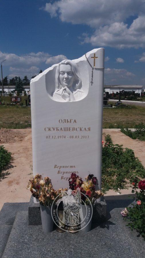 Мраморный памятник с рельефом на южном кладбище