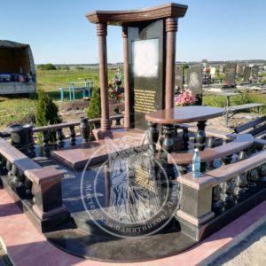 Памятник с колоннами и фотокерамикой