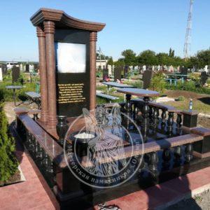 Гранитный комплекс с колоннами   на кладбище в ПГТ Межевая в Днепропетровской обл.№ 89