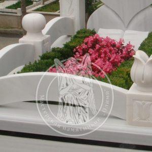 Цоколь мраморный с тюльпанами № 101