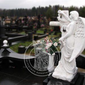 Мраморный ангел с крестом и цветами мрамор Сивек