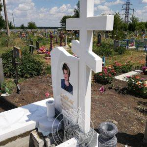 одинарный мраморный памятник с крестом