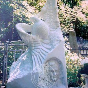 Памятник из мрамора  лебедь с барельефом №187