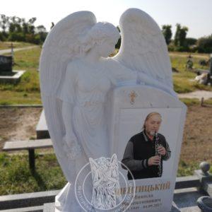 Мраморный памятник с ангелом  саксофонисту  установлен на (кладбище г. Сквира Киевской обл.) №97