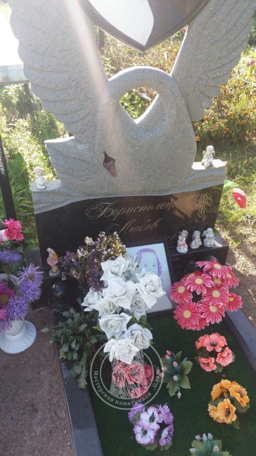 Памятник Лебель с сердцем