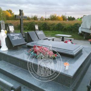 Гранитный склеп с крестом  установлен: на старом Зареченском кладбище г.Белая церковь. № 102