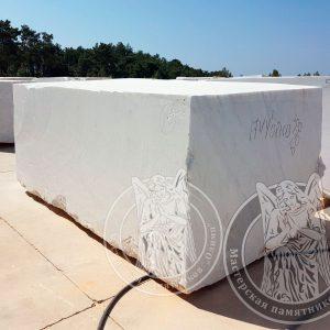 Мраморные блоки белого цвета